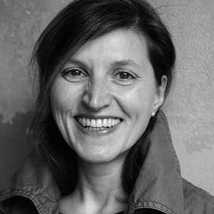 Simone Schmollak Headshot